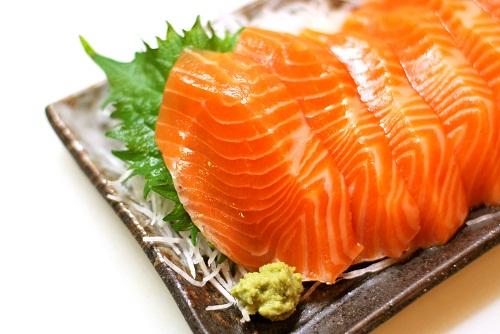 Nguồn thực phẩm có chứa nhiều omega – 3 là cá hồi, cá ngừ, cá bơn, dầu hạt lanh, dầu của các loại hạt cây…