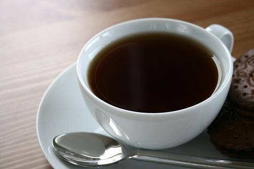 Tránh các đồ uống có chứa caffeine như cà phê và soda, có thể gây mất nước, dẫn tới táo bón nghiêm trọng hơn.
