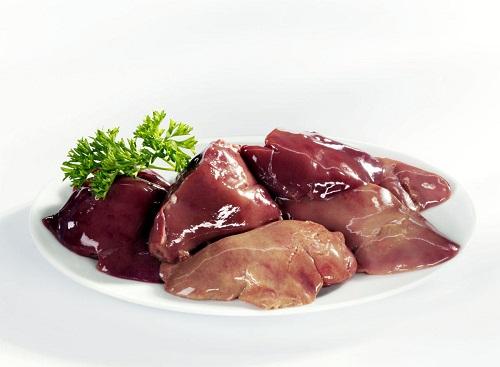 Người làm nội trợ nên bổ sung sắt từ các thực phẩm như gan, lòng đỏ trứng, cải bó xôi...