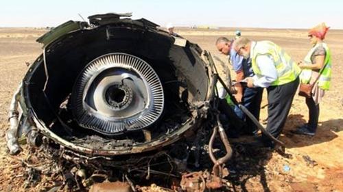 Các chuyên gia Nga đang thu thập mẫu từ chiếc máy bay gặp nạn và kiểm tra xem có dấu vết chất nổ hay không. (ảnh: EPA)
