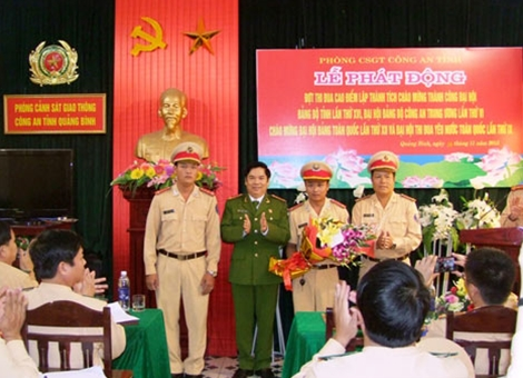 Đại tá Trần Minh Thùy-Phó Giám đốc Công an tỉnh Quảng Bình trao thưởng nóng cho tổ tuần tra CSGT.