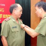 Trao Huy hiệu 40 năm tuổi Đảng cho Trung tướng Bùi Bá Định