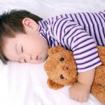 Cảnh báo không nên đặt những vật dụng này trên giường ngủ của trẻ