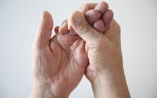 Tê yếu ở tay, chân hoặc khuôn mặt có thể là dấu hiệu của một cơn đột quỵ, đặc biệt nếu tình trạng này chỉ xảy ra ở một bên cơ thể.