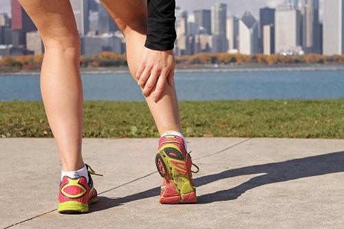 Sưng, đau ở cẳng chân, nhất là bụng chân (phía sau chân), bên dưới đầu gối có thể là triệu chứng của huyết khối tĩnh mạch sâu.