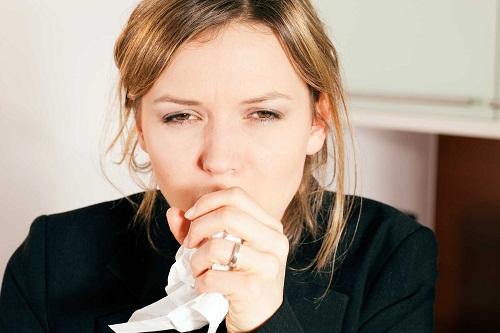 Thở khò khè có thể là dấu hiệu của hen suyễn, viêm phổi, dị ứng nghiêm trọng hoặc tiếp xúc với hóa chất.