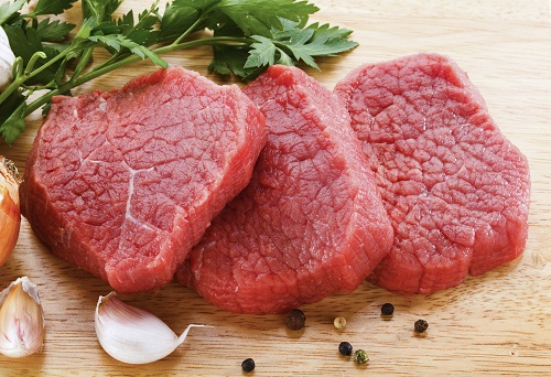 Có thể bổ sung chất sắt cho cơ thể từ các loại thực phẩm như thịt đỏ, nội tạng động vật, các loại rau màu xanh đậm...