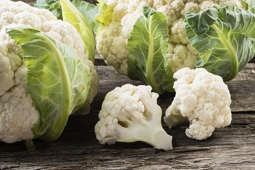 Biontin có nhiều trong các loại thực phẩm từ động vật như gan, cá hồi, cá mòi, thịt lợn... cũng như các loại trái cây và rau như bơ, quả mâm xôi và súp lơ.