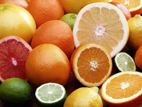 Các loại quả có múi như cam, bưởi hoặc kiwi, dâu tây, cà chua, ớt đỏ, rau bina và bông cải xanh là nguồn cung cấp vitamin C tự nhiên tuyệt vời.
