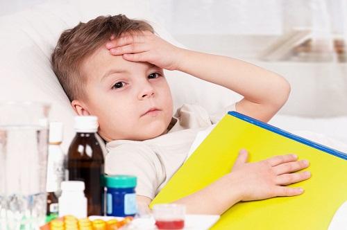 Nhiều bệnh lý có thể gây sốt ở trẻ em, chẳng hạn như cảm lạnh, cúm và nhiễm trùng do vi khuẩn.