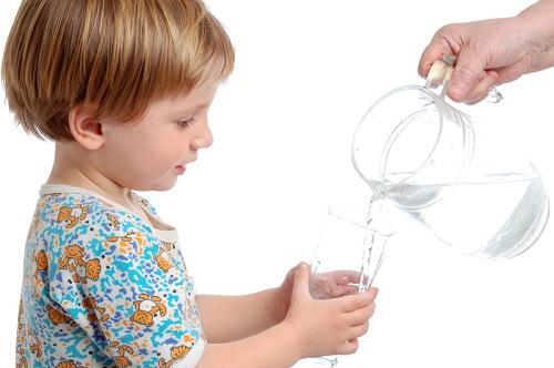 Các bác sĩ có thể khuyên cha mẹ nên cho trẻ uống nước, ăn súp, cháo…để phòng chống tình trạng mất nước do sốt.