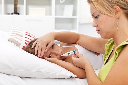 Triệu chứng ban đầu của bệnh quai bị ở trẻ có thể là chán ăn, mệt mỏi kèm theo sốt cao 40 độ C.