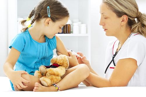 Cha mẹ cũng cần đưa trẻ đi tiêm vắc xin chủng ngừa bệnh quai bị.