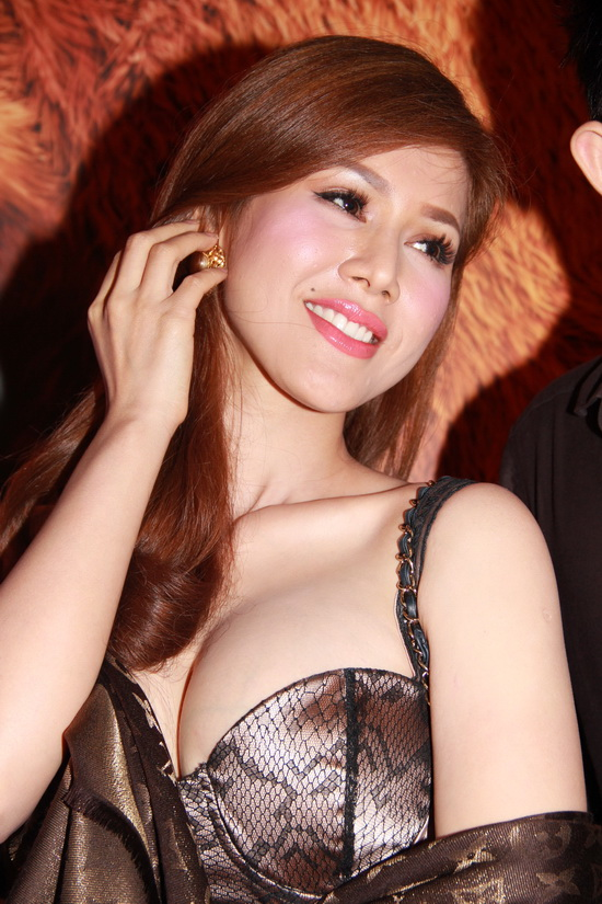 Maria Đinh Phương Ánh nâng ngực