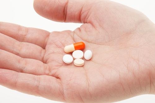 Thuốc hạ huyết áp, thuốc chống trầm cảm, leuprolide, niacin, tamoxifen và thuốc dùng để hạ sốt có thể gây đổ mồ hôi ban đêm.