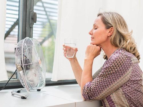 Những cơn nóng bừng của giai đoạn mãn kinh có thể xảy ra vào ban đêm kèm theo tình trạng đổ mồ hôi rất nhiều.