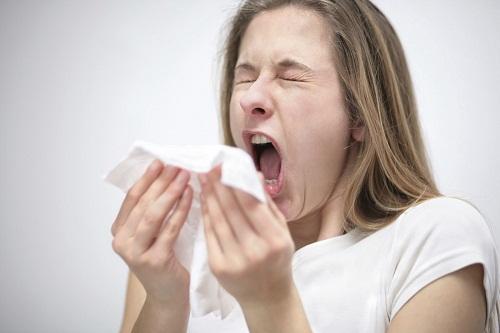 Khác với cảm lạnh, ngứa mắt, mũi, cổ họng và hắt hơi lại là những triệu chứng phổ biến của dị ứng.