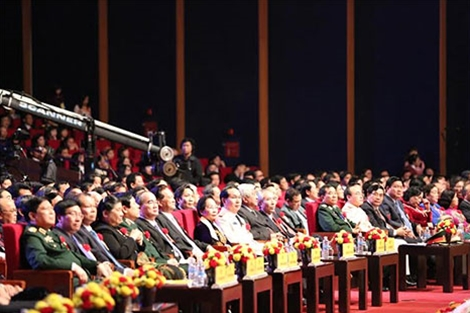"""Thủ tướng Nguyễn Tấn Dũng với các đại biểu tham dự Chương trình """"Cả nước chung sức xây dựng nông thôn mới""""."""