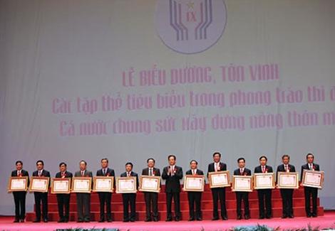 Thủ tướng Nguyễn Tấn Dũng trao Huân chương Lao động hạng Nhất tặng các tập thể.