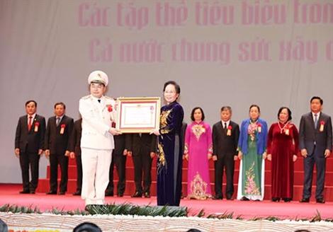 Phó Chủ tịch nước Nguyễn Thị Doan trao Huân chương Lao động hạng Nhất tặng đại diện Bộ Công an, Thượng tướng Bùi Quang Bền - Thứ trưởng Bộ Công an.