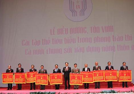 Thủ tướng Nguyễn Tấn Dũng trao Cờ thi đua của Chính phủ tặng các huyện đạt chuẩn Nông thôn mới.