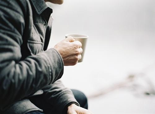 Cà phê hay nước tăng lực không giúp bạn tỉnh táo hơn mà ngược lại, chúng sẽ làm giảm huyết áp.