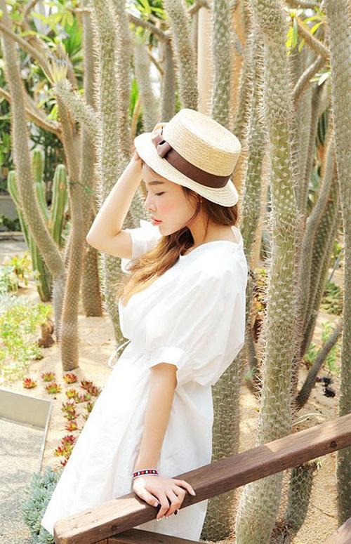 Với kiểu dáng đơn giản, màu sắc nhã nhặn, bạn có thể diện váy babydoll đi chơi hoặc đi biển