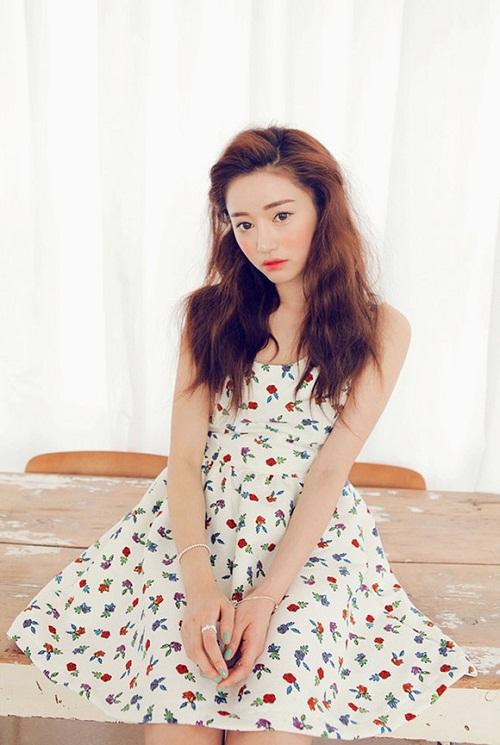 Nếu bạn là cô gái nữ tính, thì đầm babydoll nền trắng với họa tiết hoa xinh xắn sẽ là sự lựa chọn hoàn hảo