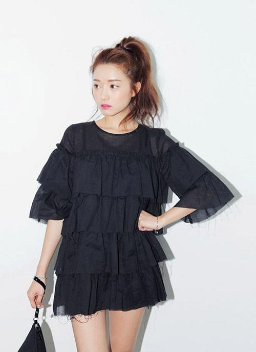 Thiết kế váy babydoll với kiểu dáng eo cao và rộng rãi giúp tôn đôi chân dài và che vòng 2 lớn