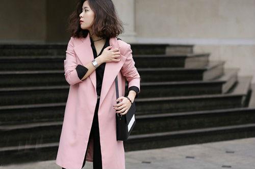 Quý cô này chọn cho mình chiếc áo khoác mỏng màu hồng thạch anh để làm tươi mới thêm cho set đồ của mình