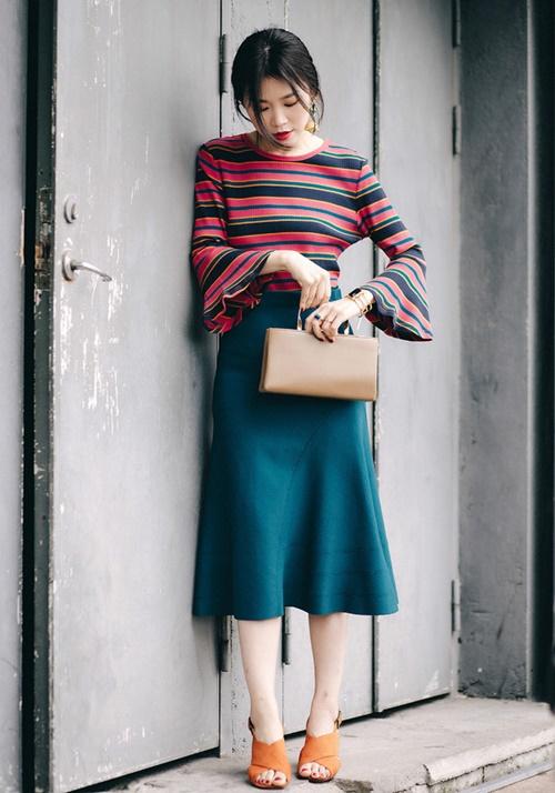 Tận dụng những chiếc áo len mỏng để kết hợp với chân váy cũng là gợi ý thông minh cho các quý cô