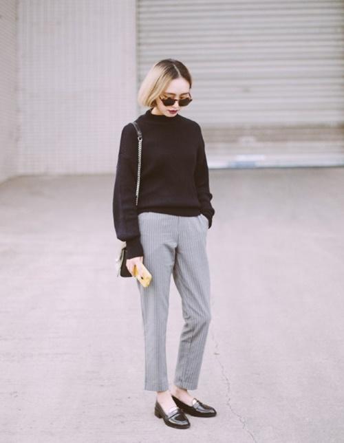 Hoặc mix áo len với quần âu công sở. Với set đồ này, bạn phối cùng giày cao gót hay giày orford thì đều đẹp
