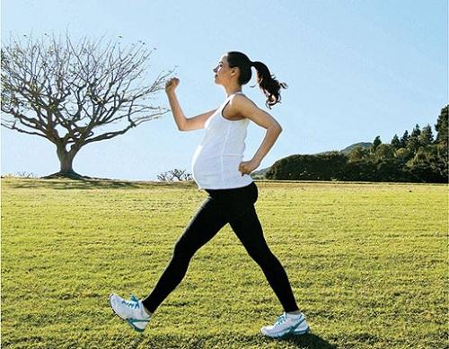 Đi bộ là bài tập thể thao phù hợp khi mang thai.