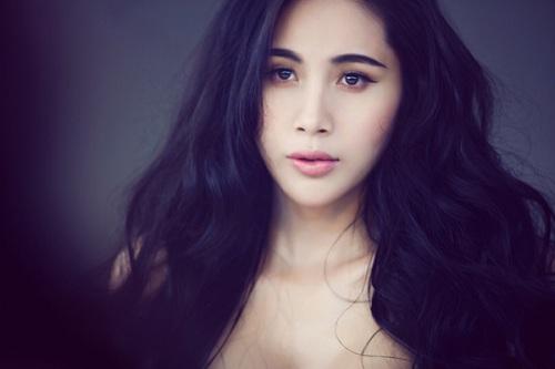 Thủy Tiên có sự thay đổi ngoạn mục nhất trong showbiz Việt, nhiều người cho rằng cô đã nâng mũi, độn cằm để gương mặt thanh thoát, quyến rũ hơn.