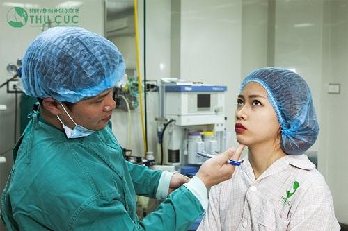 Bác sĩ Thu Cúc đang tiến hành đo vẽ trước khi thực hiện độn cằm cho khách hàng.