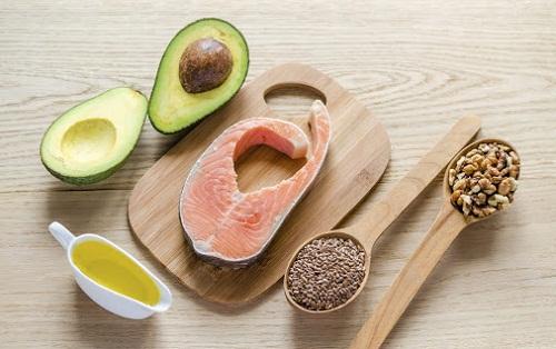 chuyển sang sử dụng các loại thực phẩm có chứa chất béo lành mạnh trong quả bơ, dầu oliu, cá hồi,…