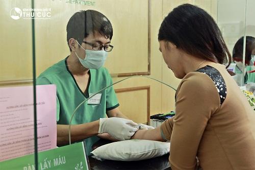 Trước khi tiến hành phẫu thuật lấy mỡ mí mắt và cắt da thừa, khách hàng sẽ được thử máu, thử phản ứng với thuốc... để đảm bảo sức khỏe đủ tiêu chuẩn an toàn cho phẫu thuật.