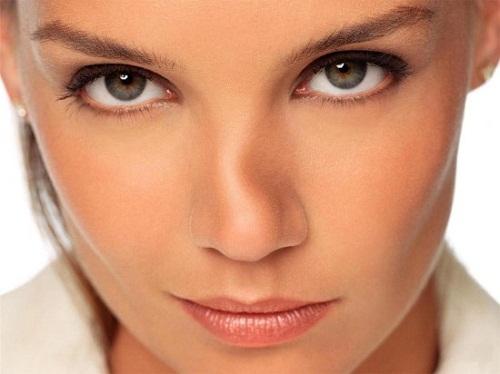 Sống mũi bị lệch gây ảnh hưởng lớn tới tính thẩm mỹ của gương mặt.