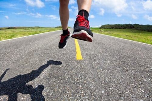 Chạy bằng mũi bàn chân không chỉ giúp bạn chạy nhanh mà còn loại bỏ được các lực xấu làm to chân