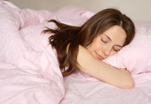 Nằm sấp cũng ảnh hưởng đến sự phát triển của ngực