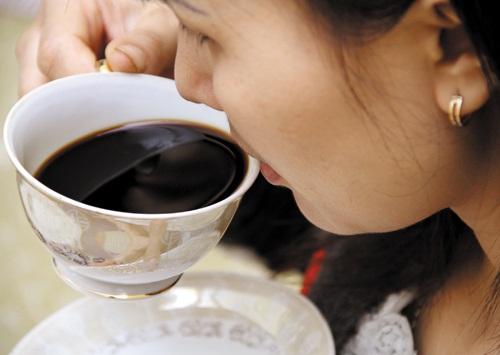 Hạn chế uống cafe vì nó sẽ làm ngực bạn càng ngày càng nhỏ lại