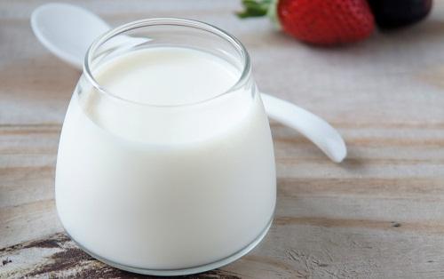 Mặt nạ sữa chua cũng giúp đánh bay đồi mồi, trả lại làn da trắng sáng rạng rỡ