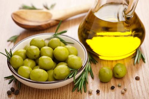 Dầu oliu cũng là nguyên liệu giúp bạn se khít lỗ chân lông