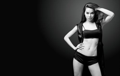 Bản thân Hồ Ngọc Hà cũng nhận thấy được ưu điểm này của mình nên cô thường xuyên chọn những bộ đồ body ôm sát khoe khéo vòng eo thon gọn của mình.
