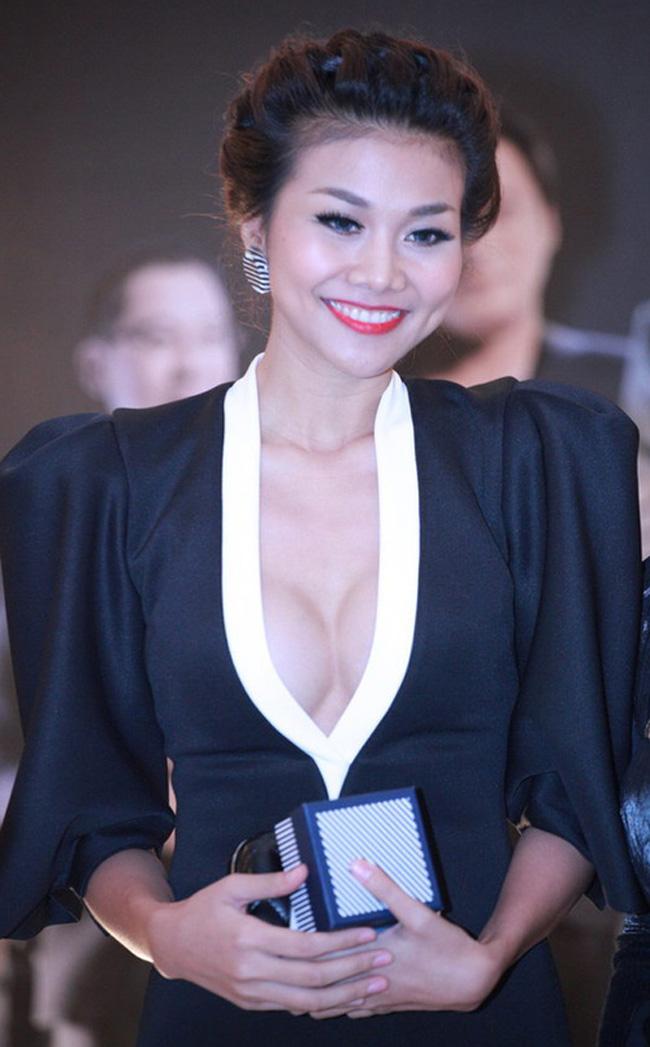 Siêu mẫu Thanh Hằng luôn biết khoe lợi thế của mình