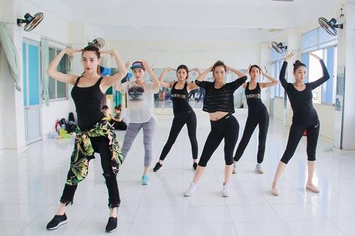 Nữ ca sĩ cũng tự tin tạo dáng với vòng 2 để làm mẫu cho các thí sinh của mình trong quá trình tập luyện.
