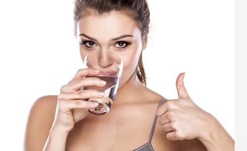 Mỗi ngày bạn hãy đảm bảo uống đủ 2 - 2,5 lít nước mới đủ cung cấp cho cơ thể