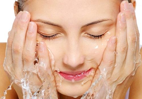Làm sạch là là bước quan trọng đầu tiên đối với da nhờn