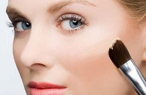 Dùng tay hoặc chổi trang điểm chuyên dụng, tán lớp kem nền sao cho đều trên da