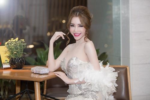 Elly Trần cũng sở hữu đôi gò bồng đào siêu khủng